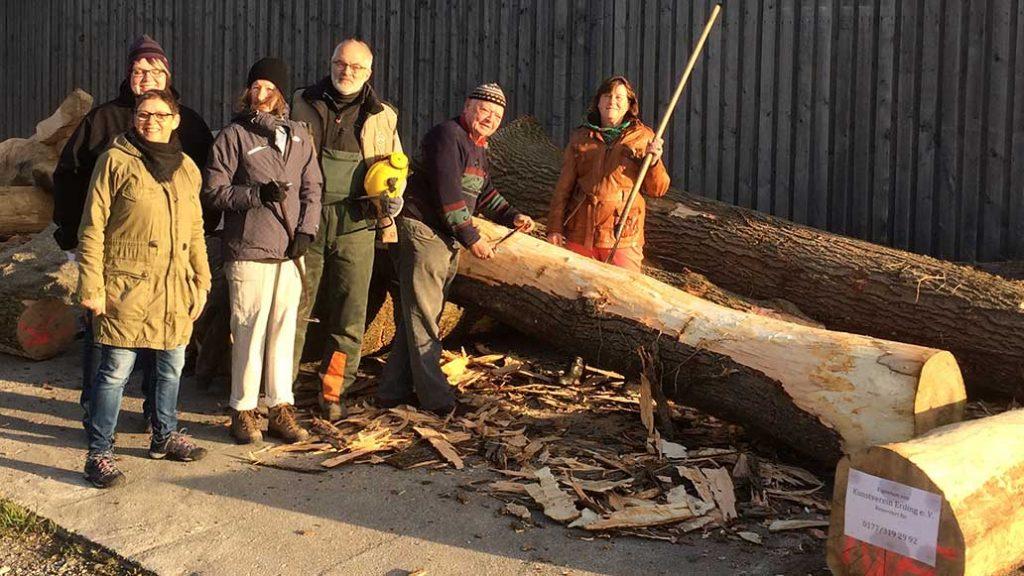 Künstler am Holzstamm-bearbeiten